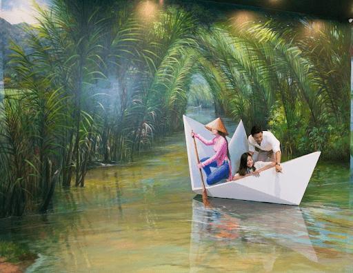 Chụp hình với những bức vẽ sống động về Việt Nam