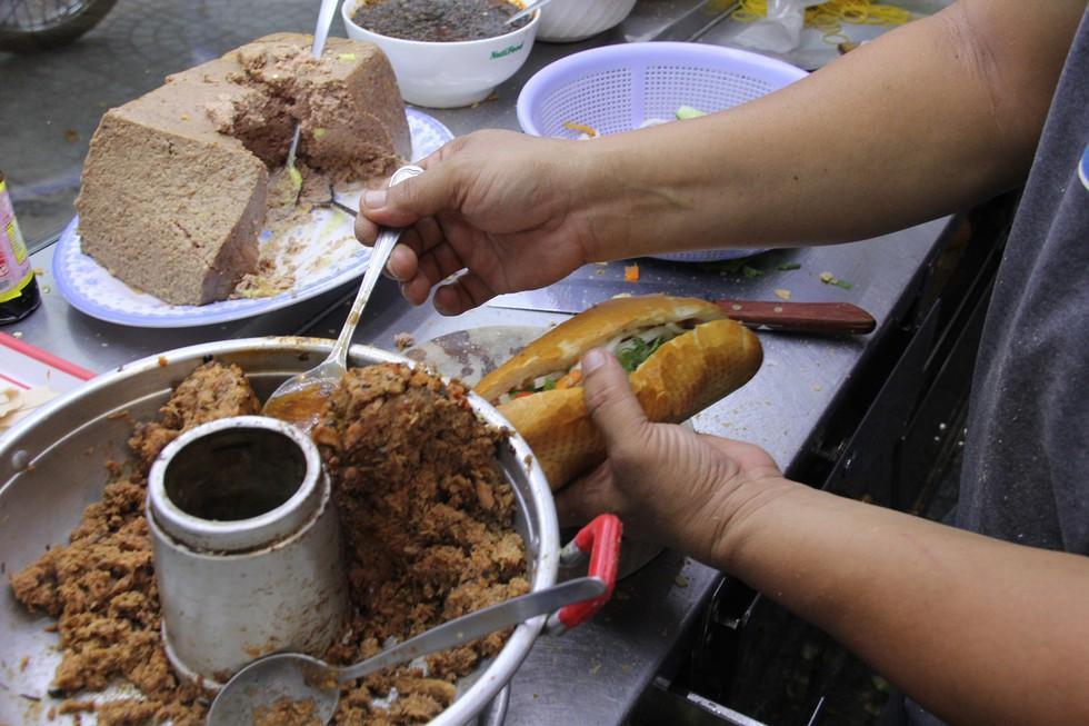 Bánh mì cá Hàng Xanh