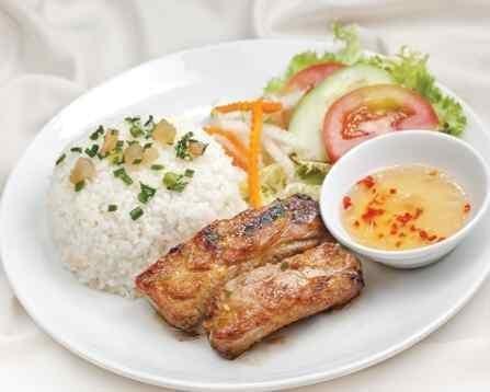 Nấu gạo tấm bằng nước ép từ rau củ quả tươi nên cơm ở đây có hương vị rất đặc biệt