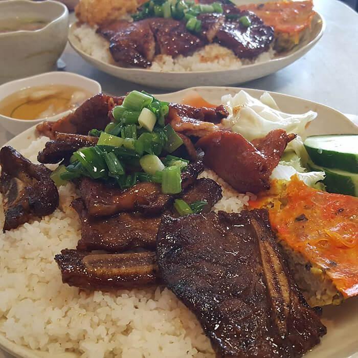 Quán cơm tấm Việt Pháp dành được rất nhiều lời khen từ phong cách bài trí đến hương vị món ăn