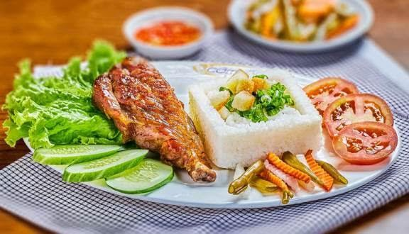 Cơm Tấm Cali - Tạ Quang Bửu rất thoáng đãng, sạch sẽ, cơm tấm ngon chuẩn truyền thống