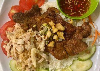 Thịt và sườn ở đây được ướp rất vừa ăn, đến cả canh ăn kèm, nhất là món canh chua cũng được nấu chuẩn vị