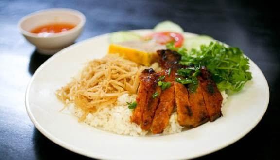 Quán làm vệ sinh, đồ ăn phong phú, cơm nhiều gạo tơi và mềm