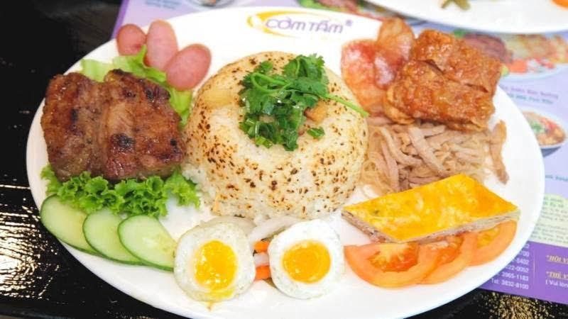 Đĩa cơm đầy đặn, bắt mắt, nhiều màu sắc, canh ăn kèm cũng rất ngon