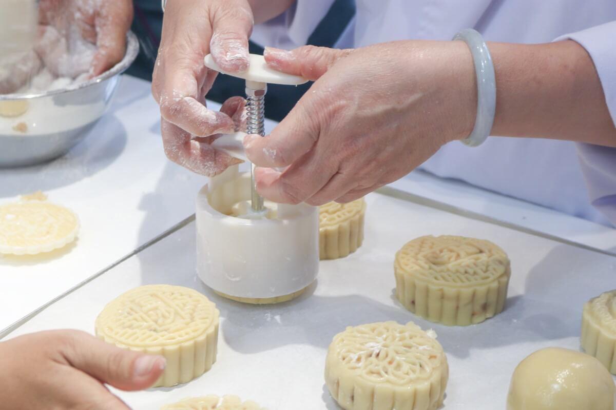 Tạo hình làm bánh trung thu thập cẩm